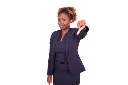 mujer decepcionada: African American mujer de negocios haciendo pulgares abajo gesto, aislado en fondo blanco
