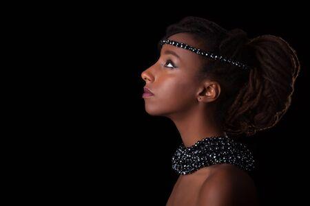 dreadlocks: Mujer hermosa joven africano llevaba joyería tradicional, aislada sobre fondo negro Foto de archivo