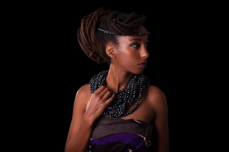 黒の背景に分離された伝統的なジュエリーを身に着けている若い美しいアフリカ女性 写真素材