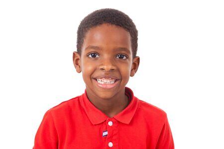 modelos negras: Retrato de un niño pequeño afroamericana linda sonrisa, aislado en fondo blanco