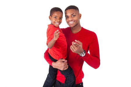 garcon africain: homme afro-américain avec tenant son petit garçon isolé sur fond blanc