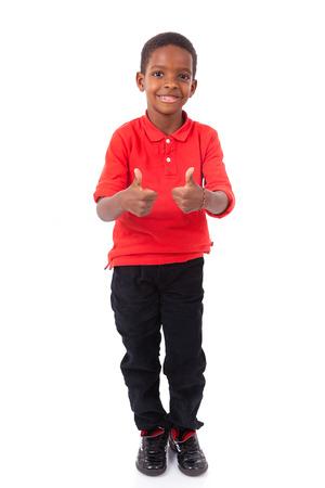 negras africanas: Retrato de un niño pequeño lindo del afroamericano que hace los pulgares arriba gesto, aislados en fondo blanco Foto de archivo