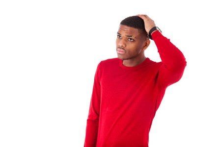 dudando: Retrato de un hombre afroamericano joven reflexiva aislada en el fondo blanco