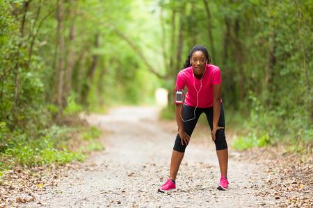 personas corriendo: retrato de la mujer americana africana basculador cansado - fitness, personas y vida sana