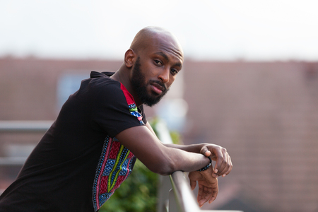African American junger Mann tragen traditionelle Kleidung Standard-Bild