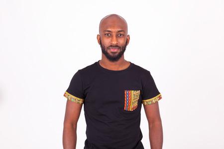 hombres negros: joven afroamericana, vistiendo ropa tradicional