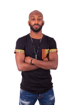 hombres negros: African American joven con los brazos cruzados desgasta la ropa tradicional