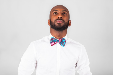 hombres negros: African American joven que lleva una pajarita Tradional