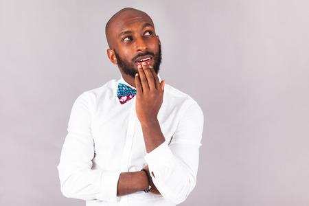 Afro-Amerikaanse jonge man die een Traditionele strik draagt