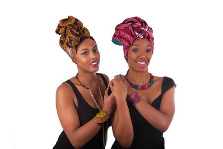 Jonge mooie Afrikaanse vrouw, gekleed in een traditionele hoofddoek