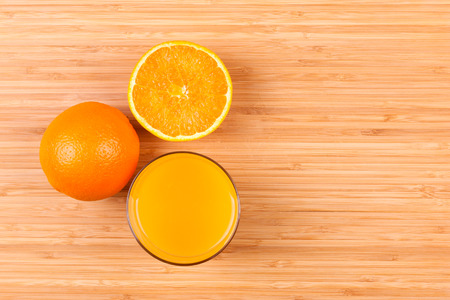 sliced: Fresh orange juice glass with sliced fruits - Flat lay