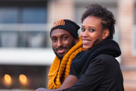 modelos negras: Happy adolescentes afroamericanas retrato al aire libre