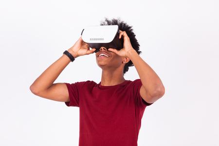 joven afroamericano vistiendo vr casco de realidad virtual sobre fondo blanco