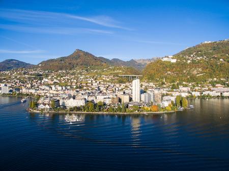 Luftaufnahme von Montreux am Wasser, Schweiz