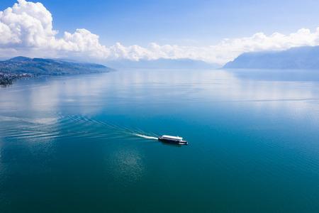Luftaufnahme des Bootes, das Ouchy Waterfront in Lausanne, Schweiz verlässt?