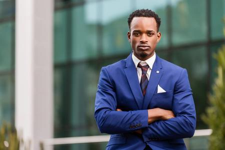 Portrait debout en plein air d'un homme d'affaires afro-américain noir Banque d'images