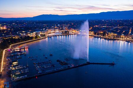 Vue aérienne de nuit sur les toits de la ville de Genève en Suisse
