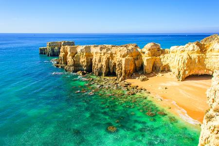 bela vista para o mar com praia arenosa secreta entre rochas e falésias perto de Albufeira, no Algarve, Portugal Foto de archivo