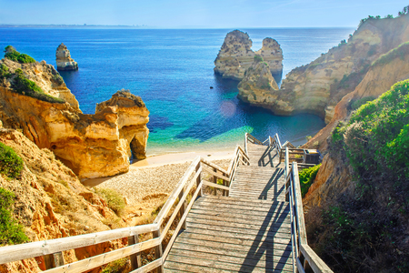 Wooden footbridge to beautiful beach Praia do Camilo near Lagos in algarve region, Portugal 版權商用圖片