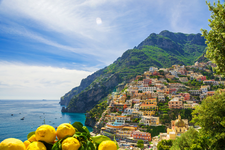 View of the town of Positano with lemons, Amalfi Coast, Italy Banque d'images - 93707823