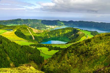 Blick vom Miradouro Boca do Inferno auf Sete Citades, Azoren, Portugal. Reisekonzept