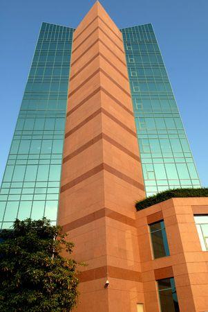 edificio cristal: De vidrio en la construcci�n de Fujairah  Foto de archivo