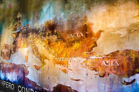 roma antigua: Antiguo mapa del imperio romano pintado en la pared del Coliseo romano