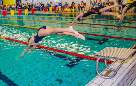 Start of female swimming race in the local competition Banque d'images