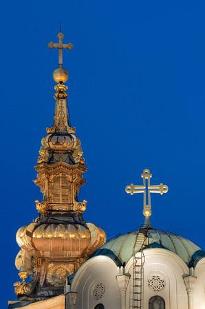 Cathédrale orthodoxe de Saint-Michel Archange et l'Eglise orthodoxe Musée à Belgrade, en Serbie. Deux croix en heure bleue. Banque d'images