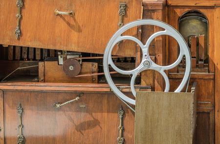 Roue Néerlandais d'orgue de la rue et de la ceinture - instrument pneumatique mécanique automatique conçu pour être assez mobile pour jouer son de la musique de livres dans la rue. Banque d'images