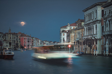 La lune rouge en heure bleue, le Grand Canal, Venise Banque d'images