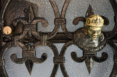 Ancien élément décoratif sur une porte en métal de verre à Venise, Italie