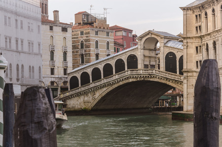 Rialto Bridge in Venice, in the early morning before tourists appear. Banque d'images