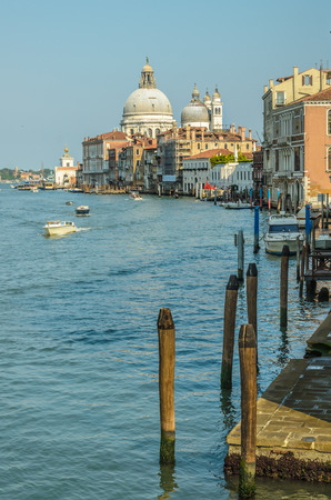 Basilique Santa Maria della Salute, grande église à Venise sur le Grand Canal, l'Italie, comme on le voit depuis le pont