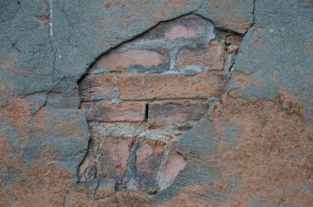 Texture de briques avec le mur cassé, briques apparaissant à travers. Banque d'images