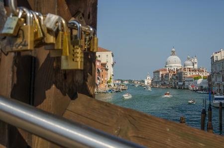 Eglise Santa Maria della Salute vu à travers le pont avec amour écluses, Ponte dell Accademia, Venise, et de l'église Santa Maria della Salute