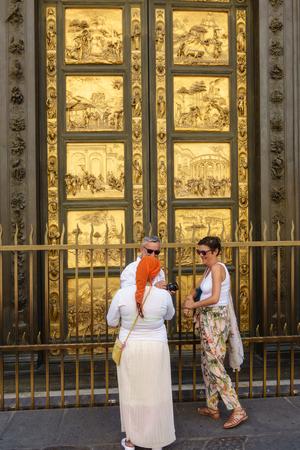 Les gens, les touristes devant les portes du paradis à Battistero di San Giovanni, Florence, Italie. Banque d'images - 86403919