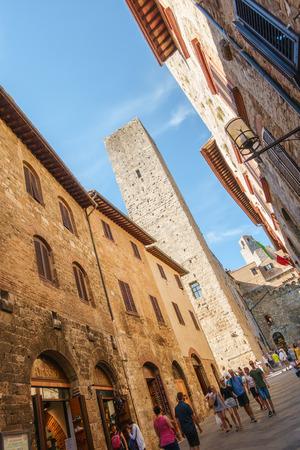 Rue principale et grande tour dans la ville médiévale de San Gimignano, Sienne, Province de Sienne, Toscane, Italie Éditoriale