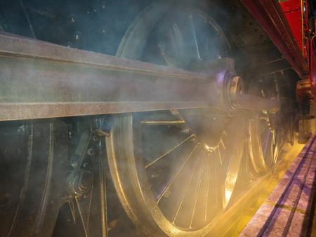 Roues et vapeur de vieille locomotive, vieux train closeup. Banque d'images - 86955304
