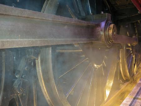 Roues et vapeur de vieille locomotive, vieux train closeup. Banque d'images - 87011985