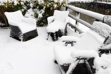 Backyard, garden plastic furniture under snow Banque d'images - 95317853