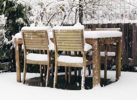 Garden backyard wooden table and chairs under snow Banque d'images - 95312746
