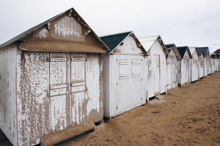White bathing beach houses, cabins in a row on the beach Banque d'images - 95334679