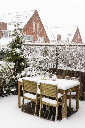 Jardin de jardin en bois de campagne et chaises sous la neige Banque d'images - 95339739