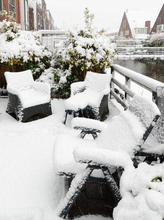 Backyard, garden plastic furniture under snow Banque d'images - 95312763