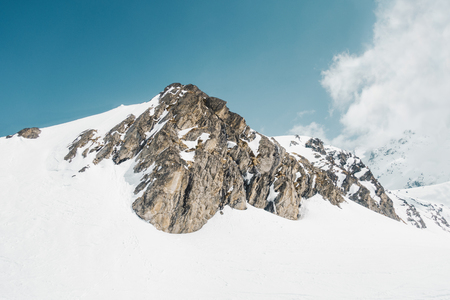 Rocky mountains under snow on French alps, Val Thorens Banque d'images - 101818523