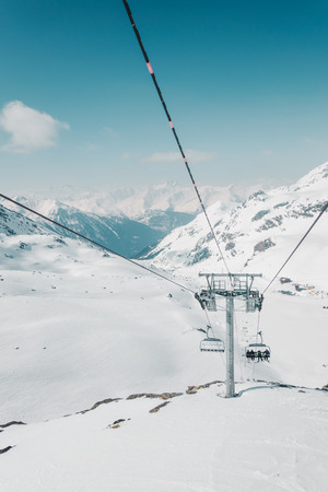 Ski lift cable car and mountains landscape, covered with snow Banque d'images - 101928662
