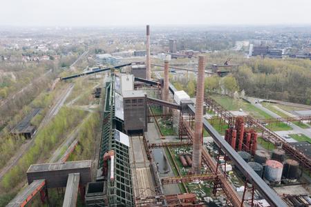 Luftdrohnenansicht des großen alten verlassenen Industriekomplexes Zollverein in Essen, Deutschland