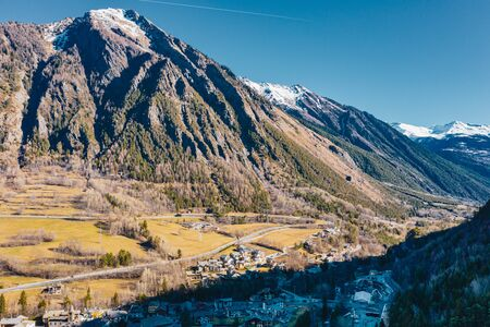 The village Palleusieux under a big mountain, in the Basin Pre-Saint-Didier, Aosta Valley at the begin of corona virus, Italy Banque d'images