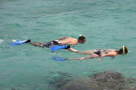 Yong カップル リベラマヤ岸に近いエメラルドの海でシュノーケ リング